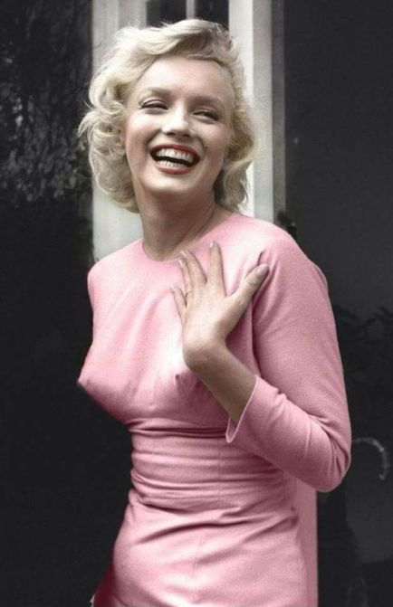This Marilyn Monroe style moment is the epitome of old Hollywood glamour! #marilynmonroe #marilynmonroemovies #marilynmonroestyle #moviestar #oldhollywood #hollywoodglam #celebritystyle #marilynmonroehairstyle #marilynmonroeclothing #marilynmonroehair #marilynmonroemakeup #normajeanbaker