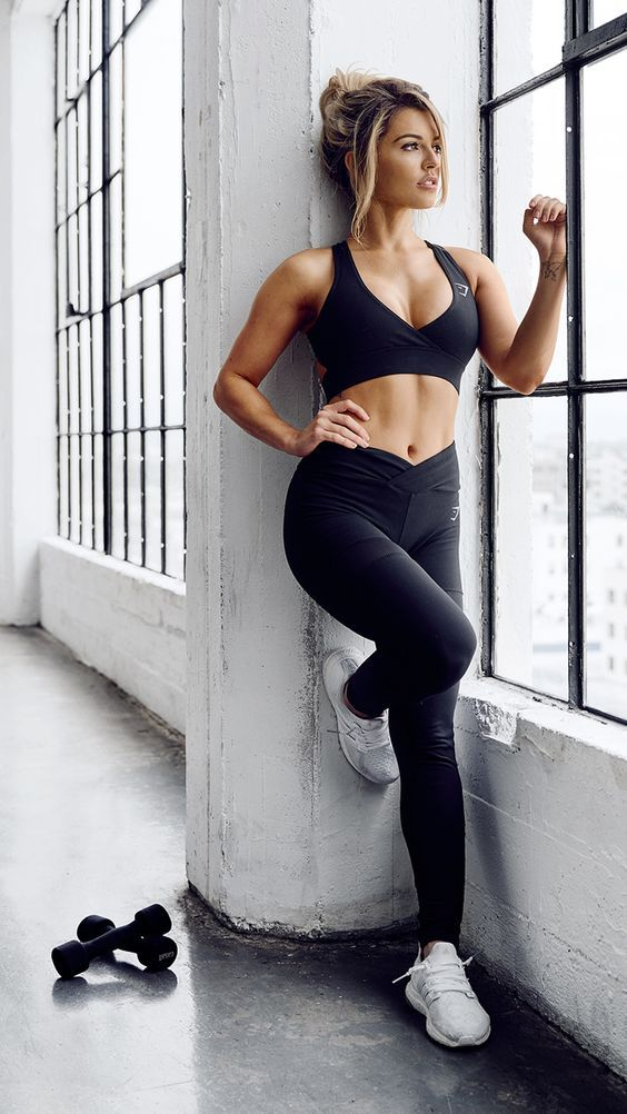 This fitness fashion style is ideal for your New Year look at the gym! #fitnessfashion #exerciseclothes #gympants #bestworkoutclothes #fitnessapparel #yogawear #gymoutfits